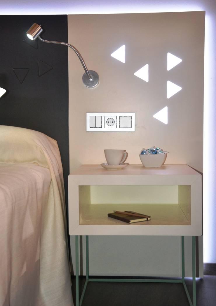 Diseño del stand, los muebles y el interiorismo para Mobenia y Comersan en la feria INTERIHOTEL 2014: Dormitorios de estilo  de Mireia Cid