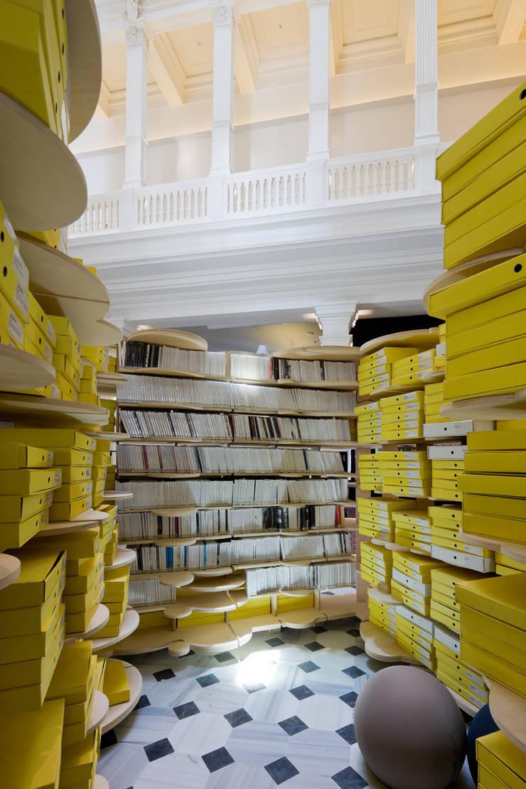 Escritórios modernos por SANALarc Moderno