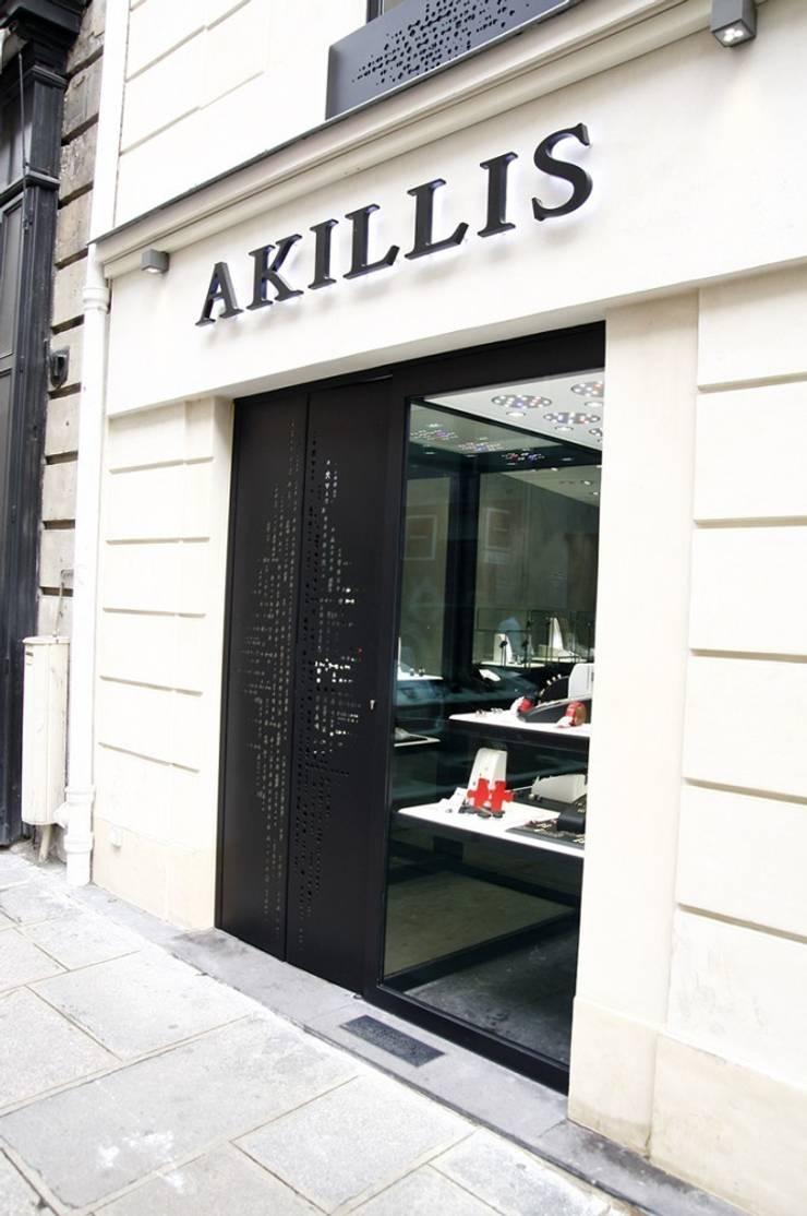 BOUTIQUE JOAILLERIE AKILLIS RUE SAINT HONORE PARIS: Espaces commerciaux de style  par ATELIER ROMANET ARCHITECTES