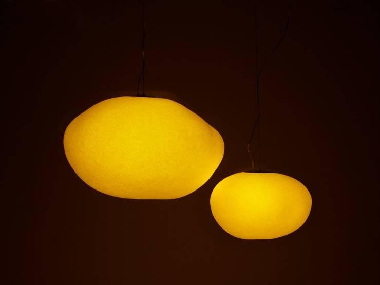 Mokumoku-Pendant  (A Japanese paper pendant light):  Living room by Rin crossing