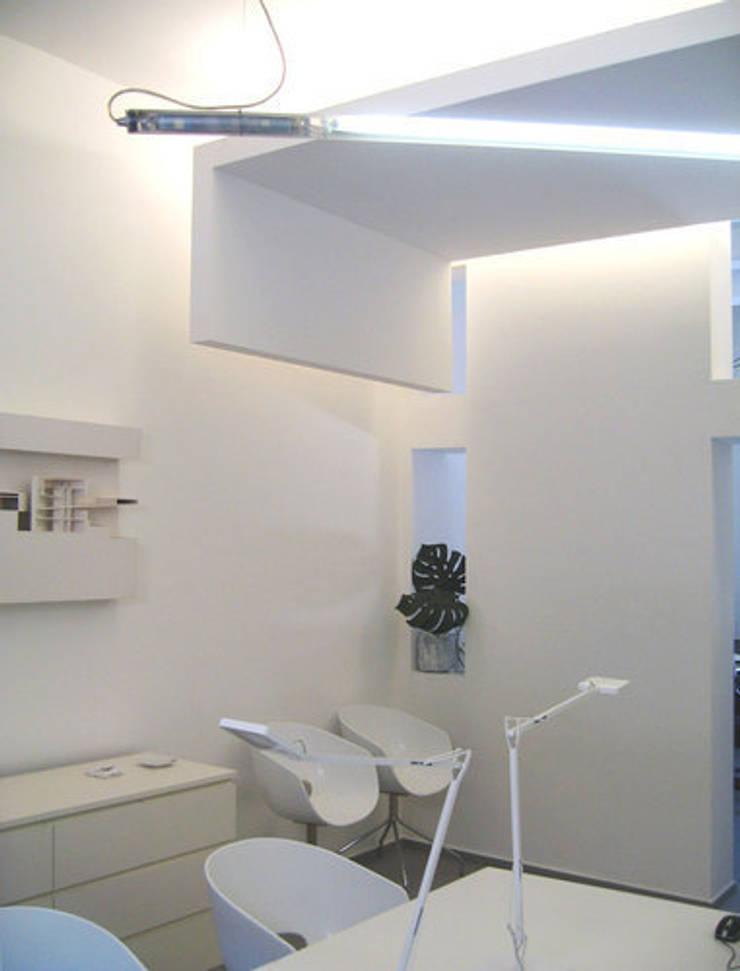 Studio di architettura: Complessi per uffici in stile  di forma (b) architetti, Moderno