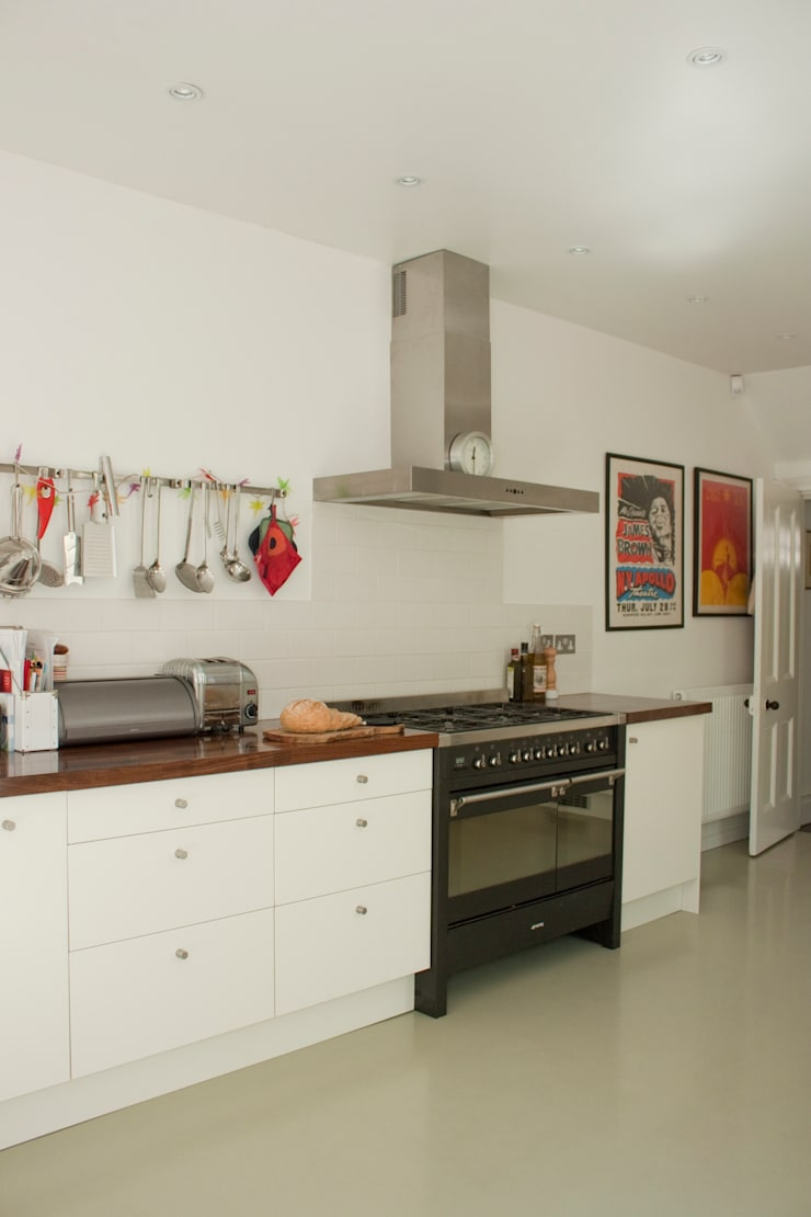 Kitchen with range cooker:  Kitchen units by Dittrich Hudson Vasetti Architects