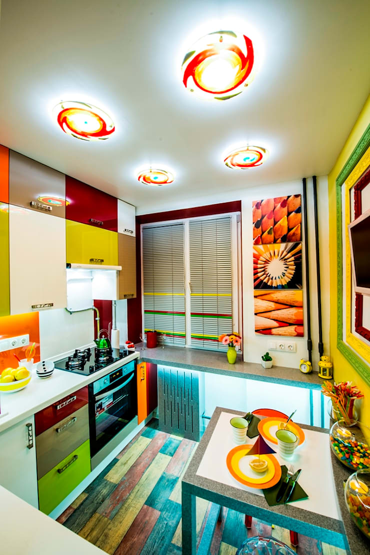 Яркая кухня-трансформер площадью 6 кв.м.: Кухни в . Автор – Сделано со вкусом на ТНТ, Эклектичный