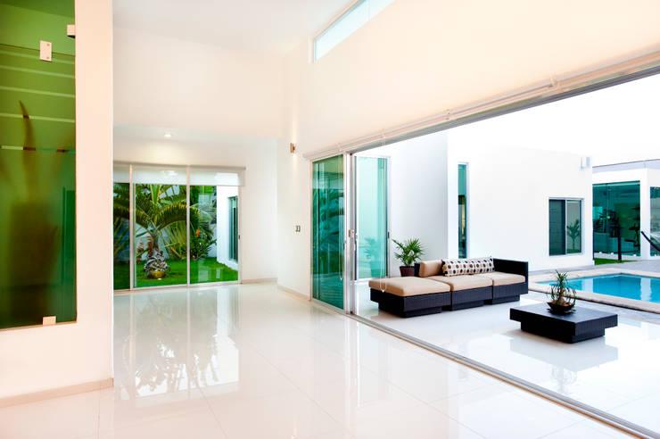 Terraza y jardín interior: Pasillos y recibidores de estilo  por Arturo Campos Arquitectos