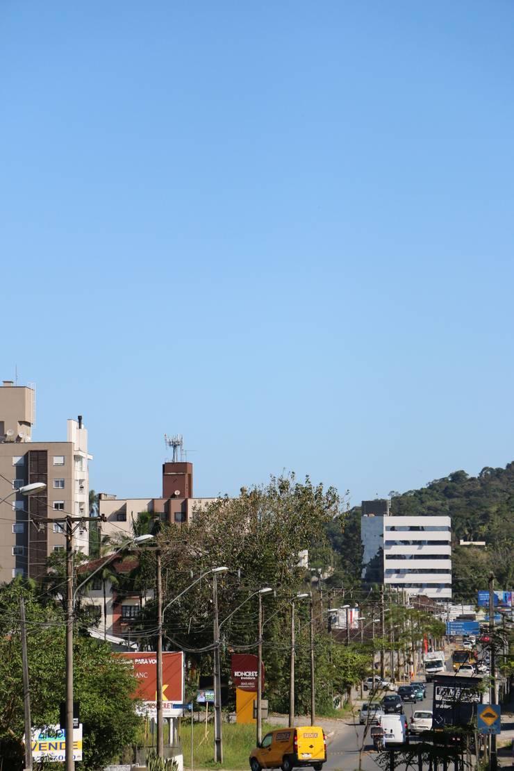 ZAAV-Edificio Comercial-1037: Condomínios  por ZAAV Arquitetura,Minimalista