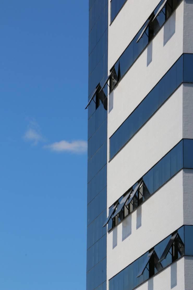 ZAAV-Edificio Comercial-1037: Casas  por ZAAV Arquitetura,Minimalista
