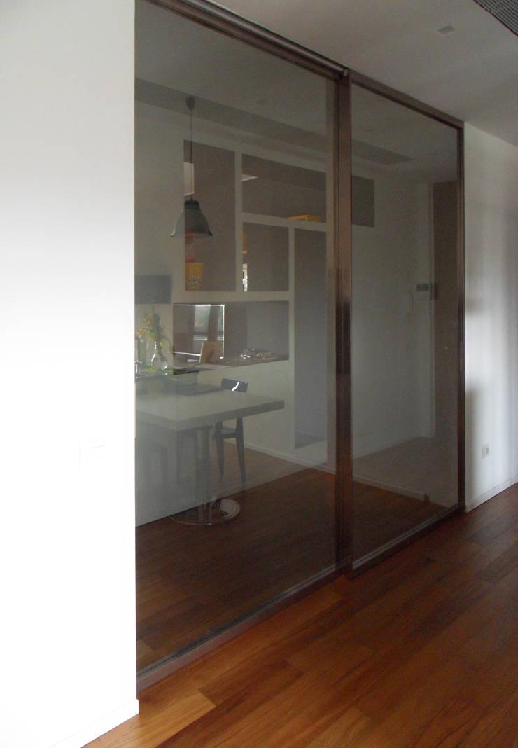 Porta scorrevole cucina: Cucina in stile  di gk architetti  (Carlo Andrea Gorelli+Keiko Kondo),