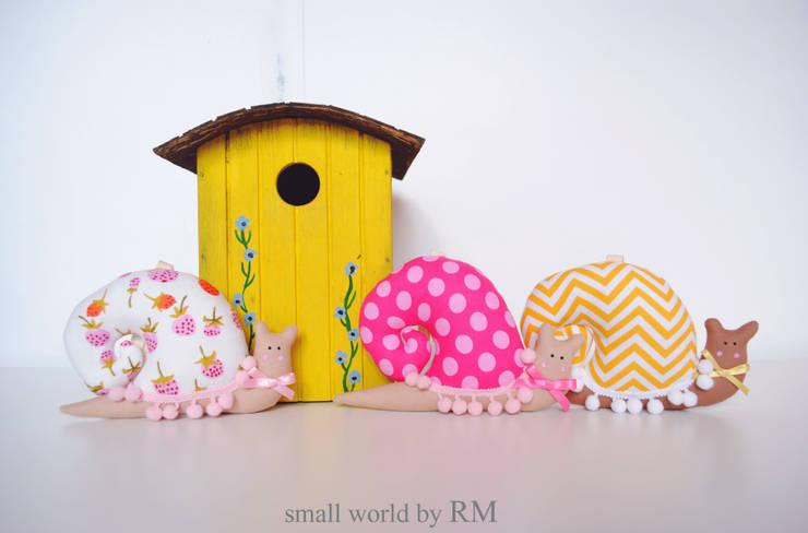 Caracoles cuelga puertas: Habitaciones infantiles de estilo  de Mundo Raquel