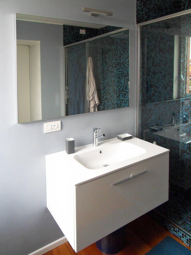 Particolare bagno padronale: Bagno in stile  di gk architetti  (Carlo Andrea Gorelli+Keiko Kondo),