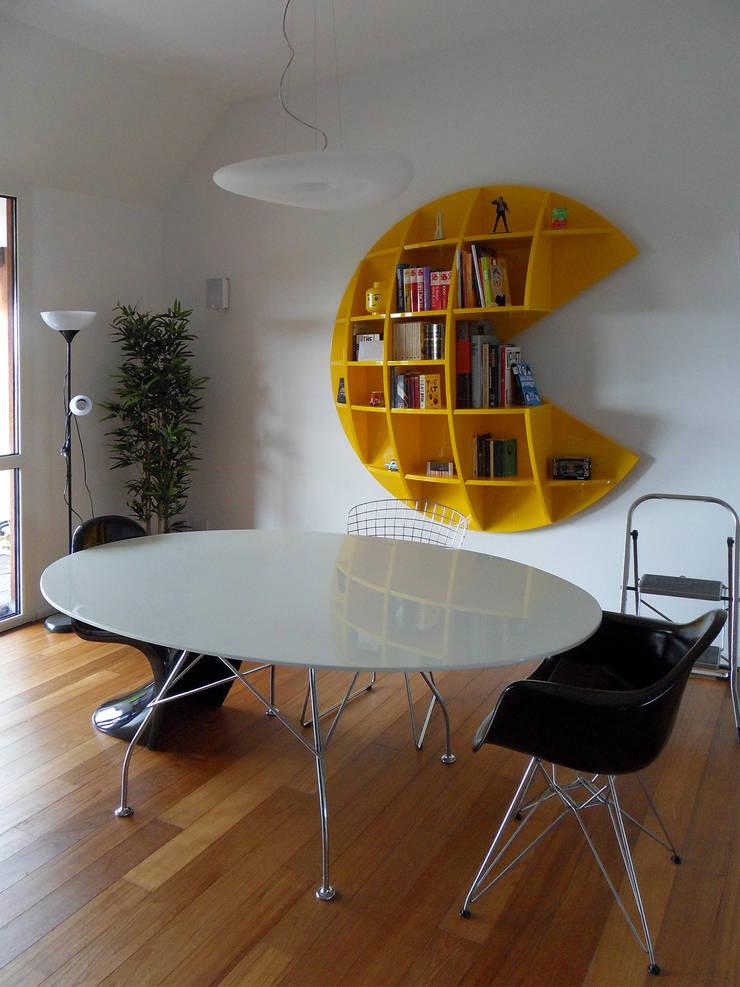 Particolare tavolo da pranzo: Sala da pranzo in stile  di gk architetti  (Carlo Andrea Gorelli+Keiko Kondo),