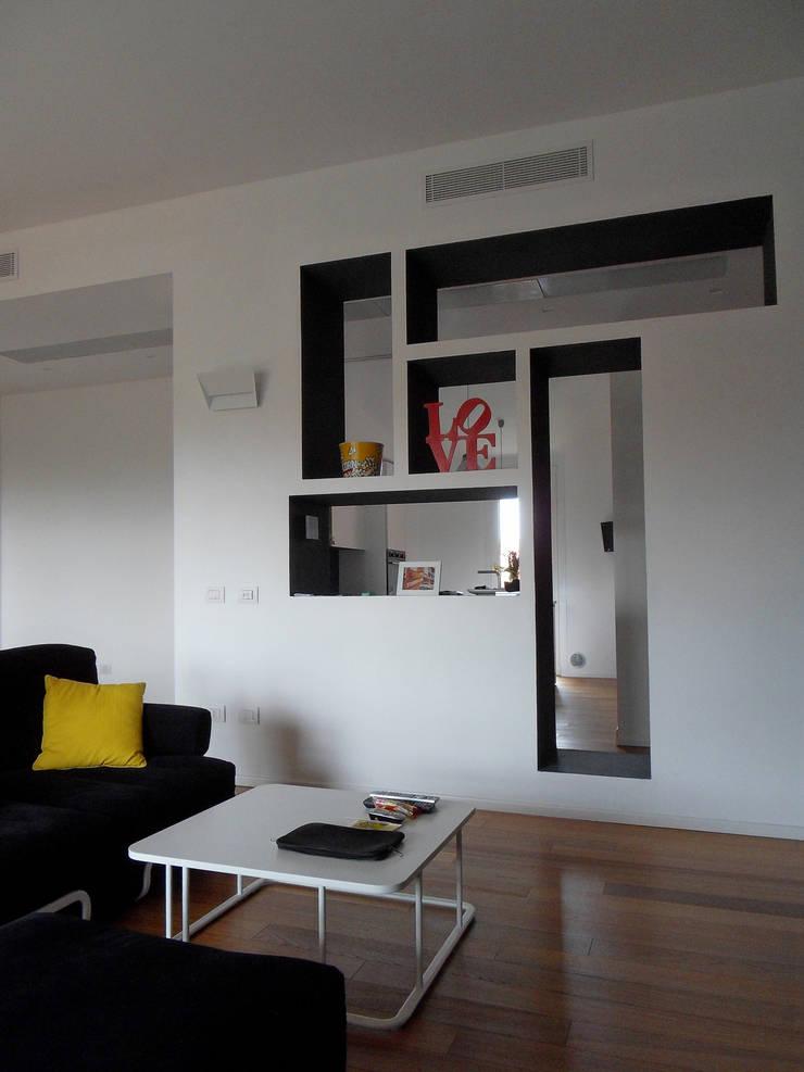 Soggiorno particolare mobile ingresso: Soggiorno in stile  di gk architetti  (Carlo Andrea Gorelli+Keiko Kondo),