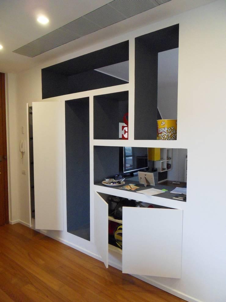 Particolare mobile ingresso con ante aperte: Ingresso & Corridoio in stile  di gk architetti  (Carlo Andrea Gorelli+Keiko Kondo),
