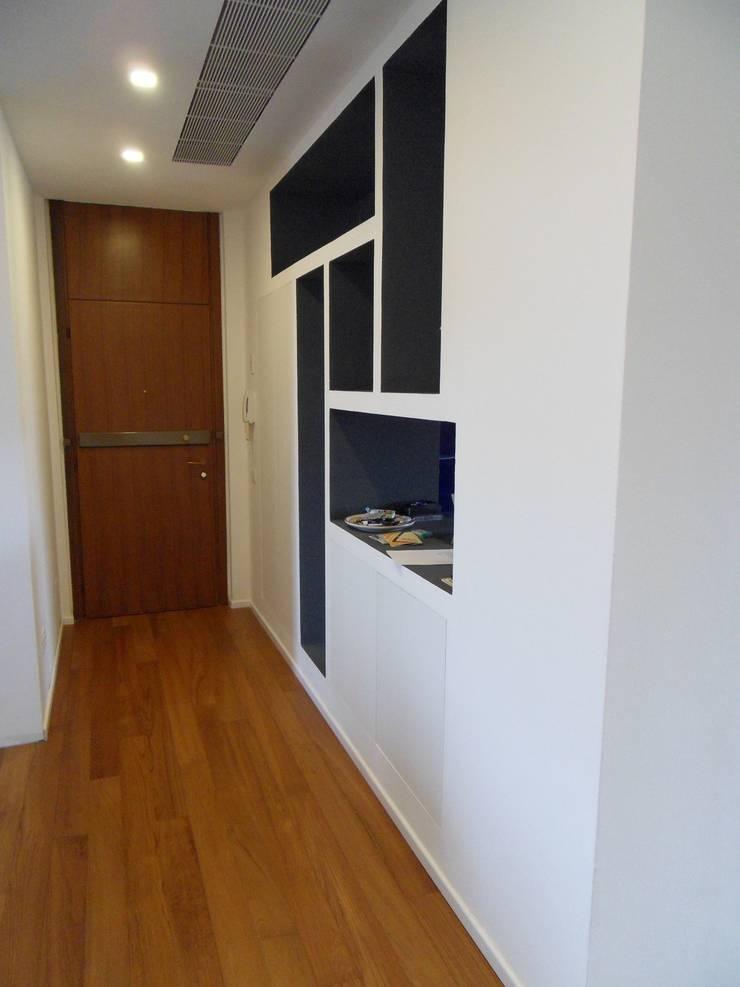 Particolare mobile ingresso: Ingresso & Corridoio in stile  di gk architetti  (Carlo Andrea Gorelli+Keiko Kondo),