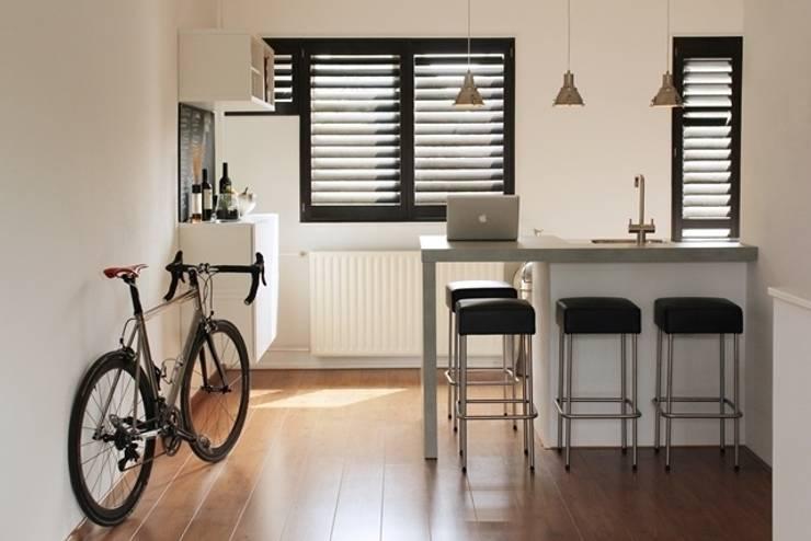 Ashwood shutters: moderne Keuken door Inhuisplaza b.v.