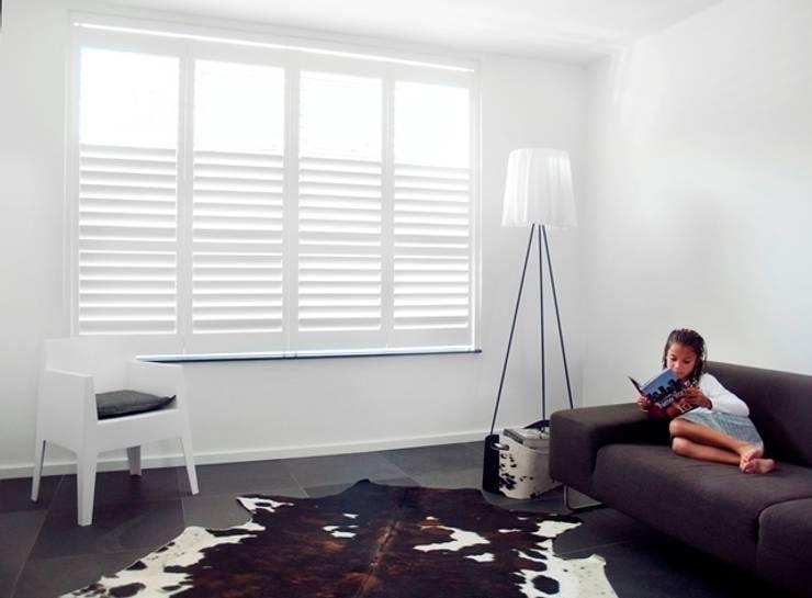 Moderne shutters:  Woonkamer door Inhuisplaza b.v.