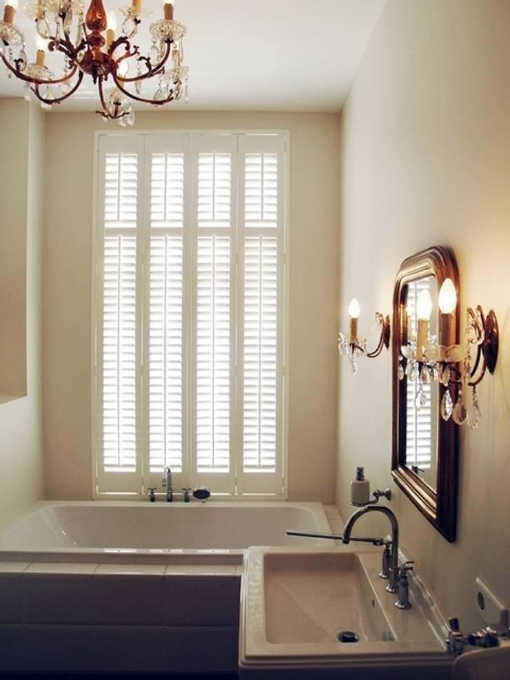 Klassieke shutters:  Badkamer door Inhuisplaza b.v.