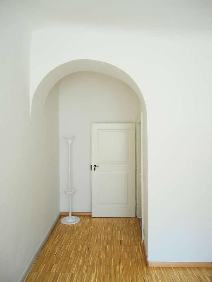 Stuidio_1: Complessi per uffici in stile  di Arch. Tommaso Rossi,