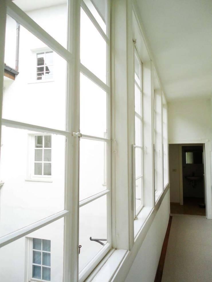 Corridoio_1: Complessi per uffici in stile  di Arch. Tommaso Rossi,
