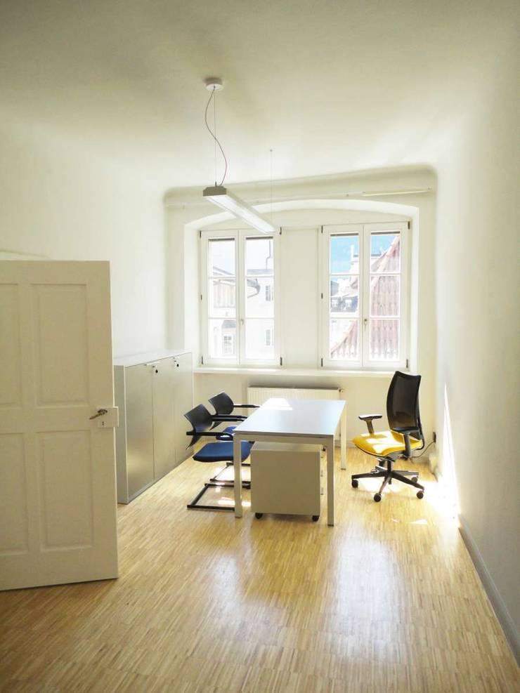 Studio_2: Complessi per uffici in stile  di Arch. Tommaso Rossi,