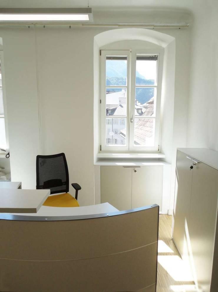 Reception_1: Complessi per uffici in stile  di Arch. Tommaso Rossi,