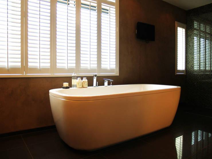 Shutters badkamer: moderne Badkamer door Inhuisplaza b.v.