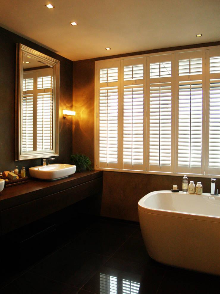Sfeervolle shutters:  Badkamer door Inhuisplaza b.v.