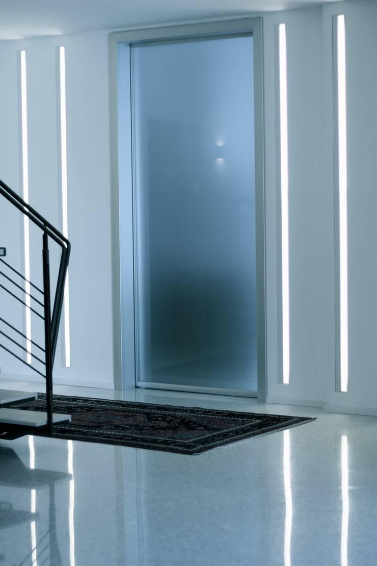 Casa Privata: Ingresso & Corridoio in stile  di A+R Architects, Minimalista