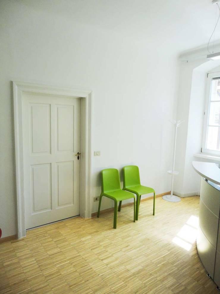 Reception_3: Studio in stile  di Arch. Tommaso Rossi,