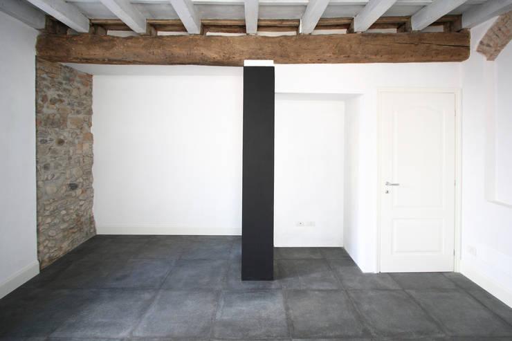 CASA C.DC: Camera da letto in stile  di luca terraneo architetto
