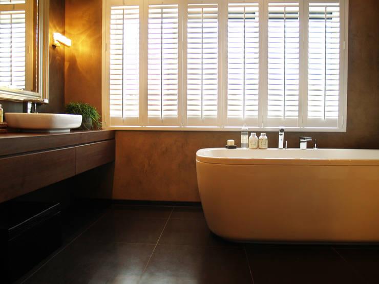 Witte shutters op maat:  Badkamer door Inhuisplaza b.v.