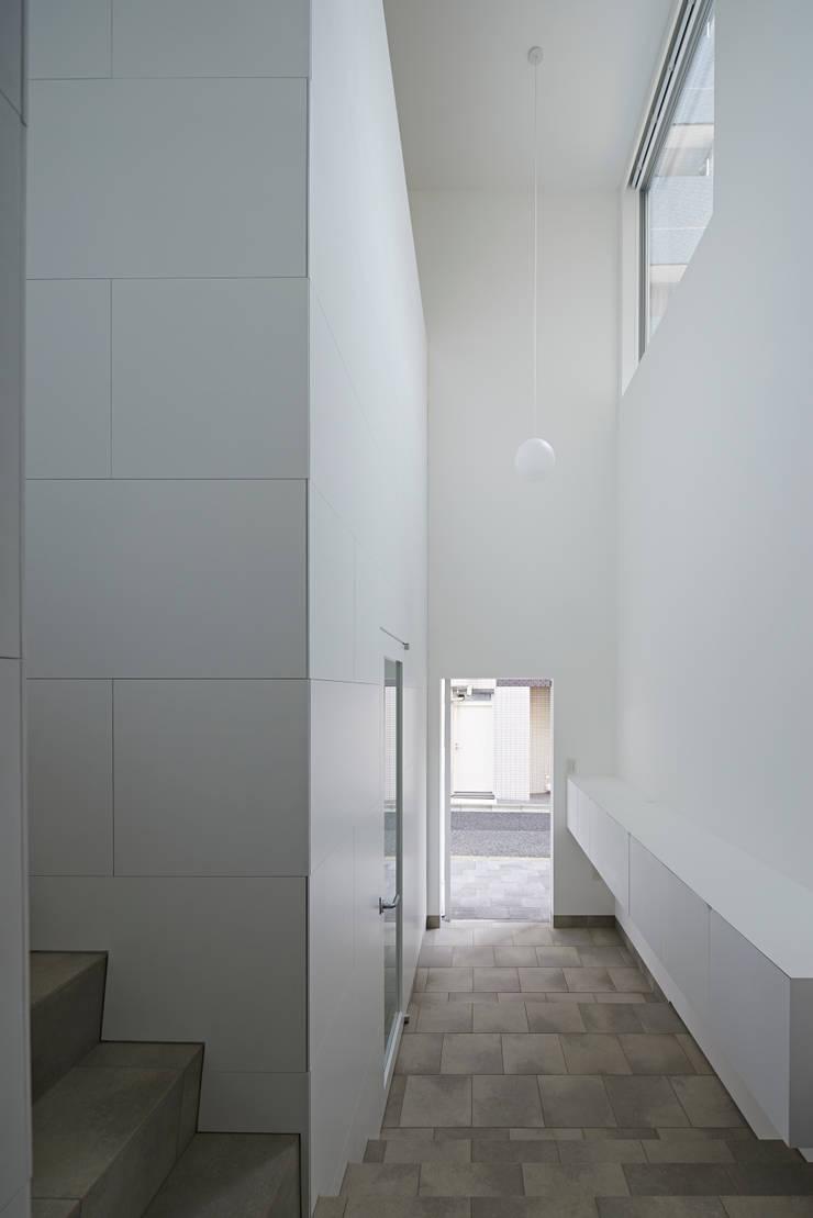 内観-階段から玄関を見る: アソトシヒロデザインオフィス/Toshihiro ASO Design Officeが手掛けた廊下 & 玄関です。