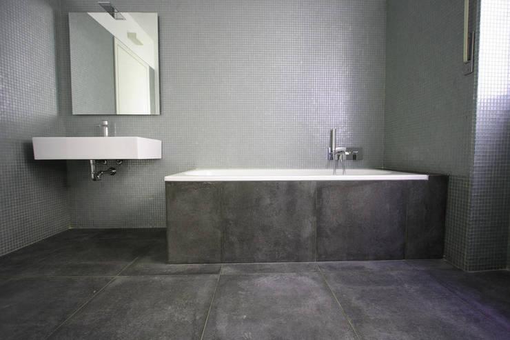 CASA C.DC: Bagno in stile  di luca terraneo architetto