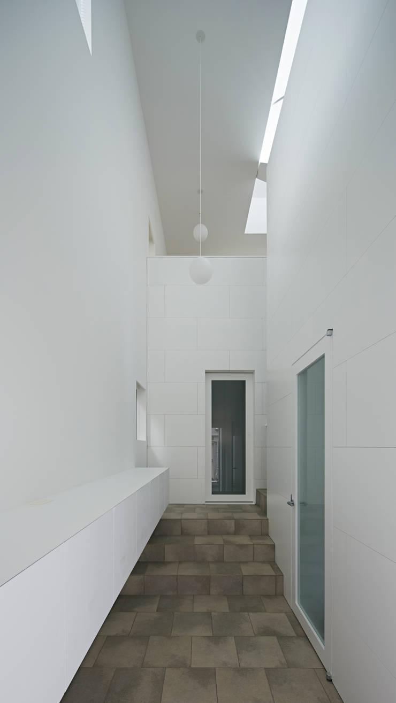 内観-玄関: アソトシヒロデザインオフィス/Toshihiro ASO Design Officeが手掛けた廊下 & 玄関です。