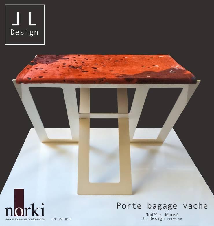 PORTE BAGAGES EN PEAU DE VACHE: Chambre de style  par Print-out / james lenglin design