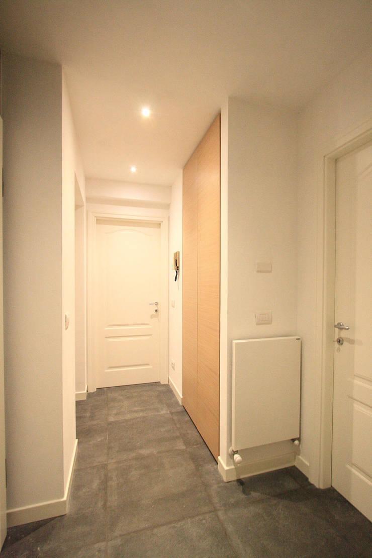 CASA C.DC: Ingresso & Corridoio in stile  di luca terraneo architetto