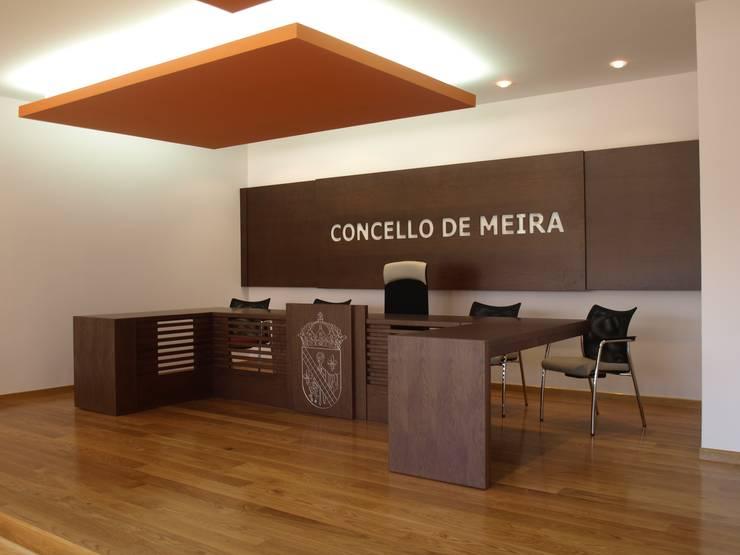 Casa consistorial de Meira: Edificios de oficinas de estilo  de Liquen