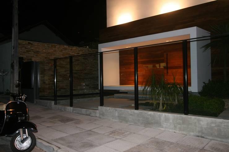 Jardines de estilo minimalista por ZAAV Arquitetura
