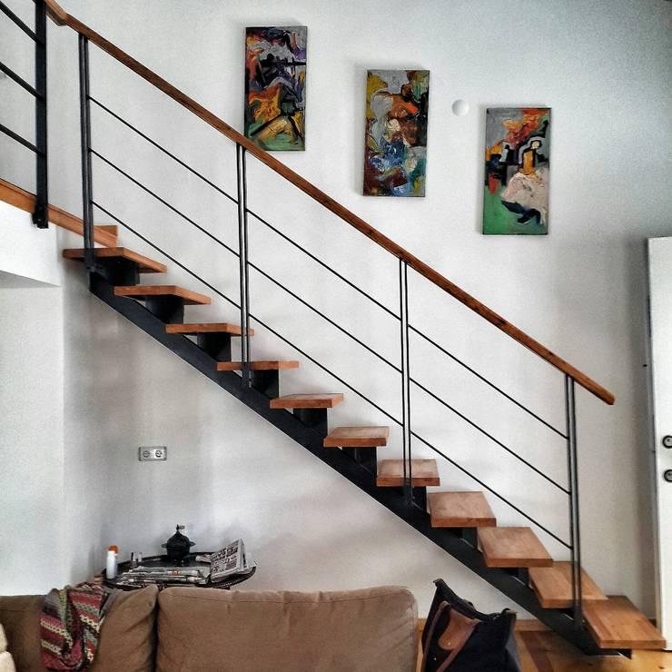 5 dakika Deneyim Tasarımı / Experience Design – Yum Evi Merdivenler:  tarz Oturma Odası