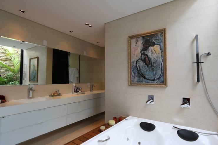 ZAAV-Casa-Interiores-1342: Banheiros minimalistas por ZAAV Arquitetura