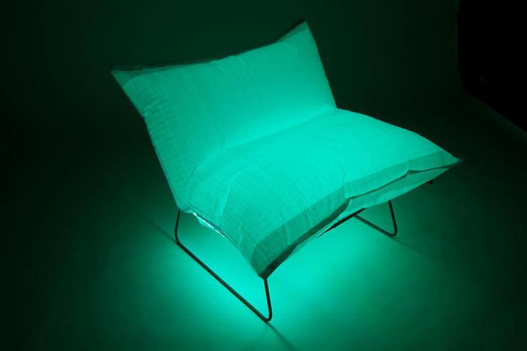 Baron beleuchtet: minimalistische Wohnzimmer von SchoeneHeileWelt Designstudio