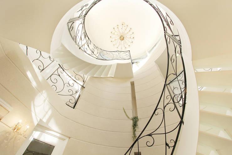 Mediterranean corridor, hallway & stairs by 菅原浩太建築設計事務所 Mediterranean