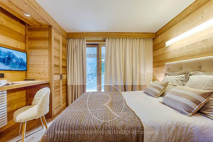 Visite privée d'un chalet alpin: Chambre de style  par Sandrine RIVIERE Photographie