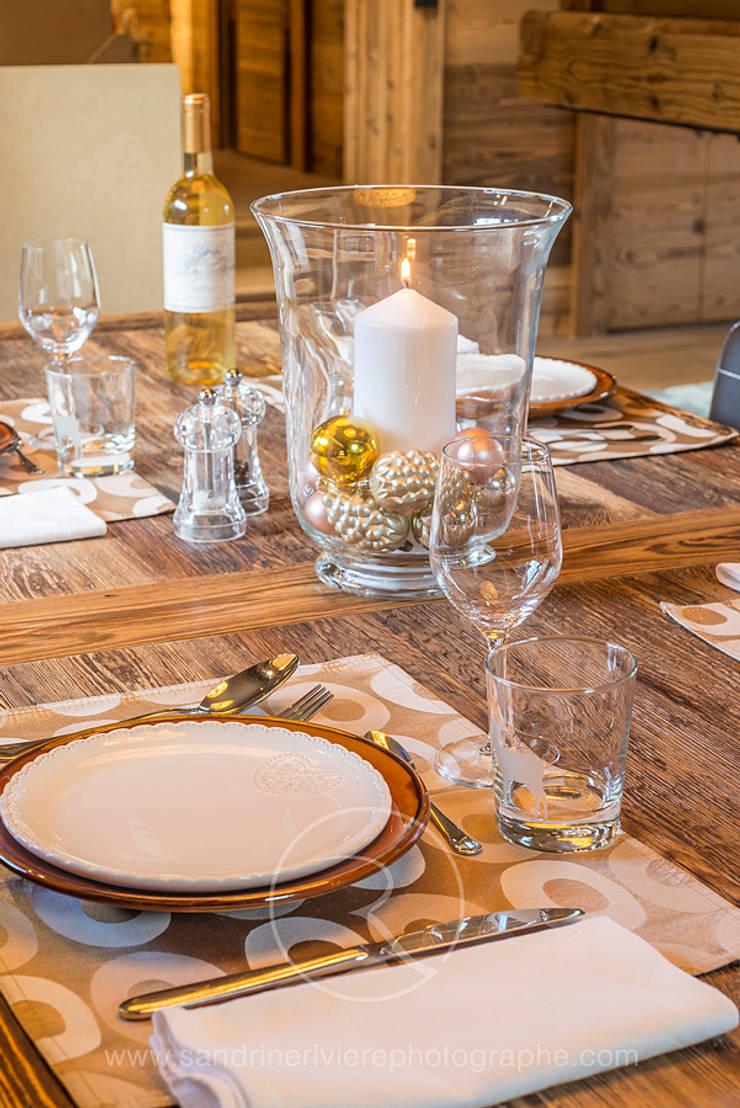 Visite privée d'un chalet alpin: Salle à manger de style  par Sandrine RIVIERE Photographie