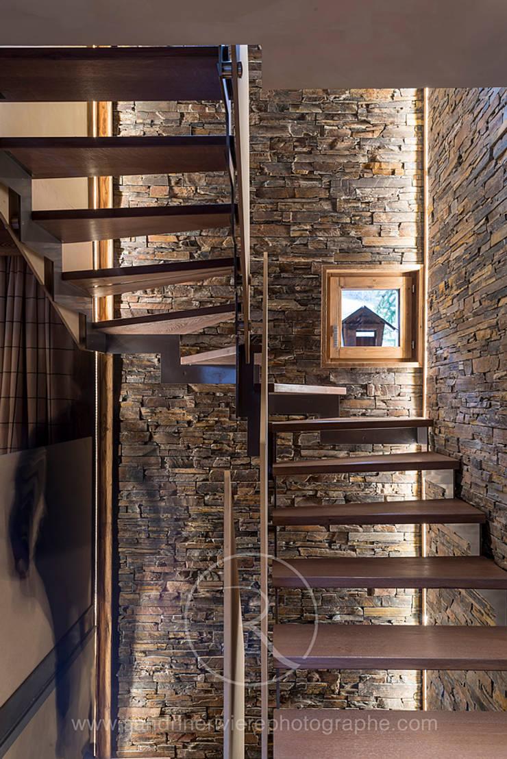 Visite privée d'un chalet alpin: Couloir et hall d'entrée de style  par Sandrine RIVIERE Photographie