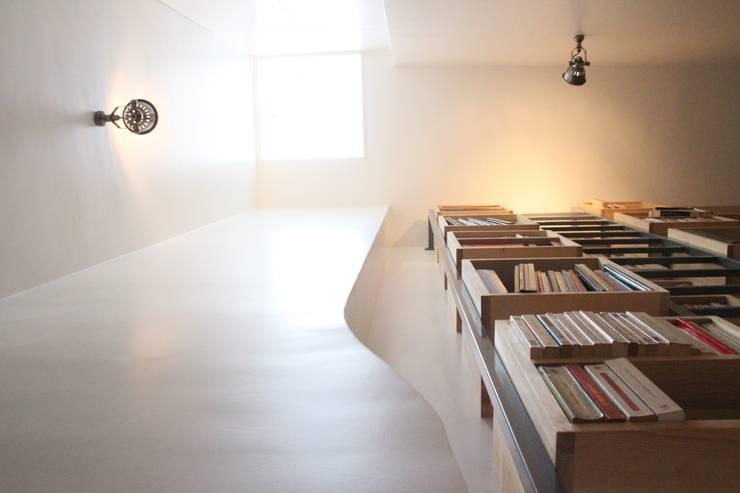 Bibliothèque et lumière zénithale du vasistas existant: Couloir et hall d'entrée de style  par Yeme + Saunier