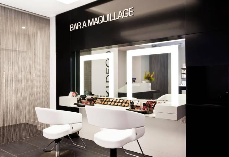 Le bar à ongles: Espaces commerciaux de style  par SCALAA ARCHITECTES