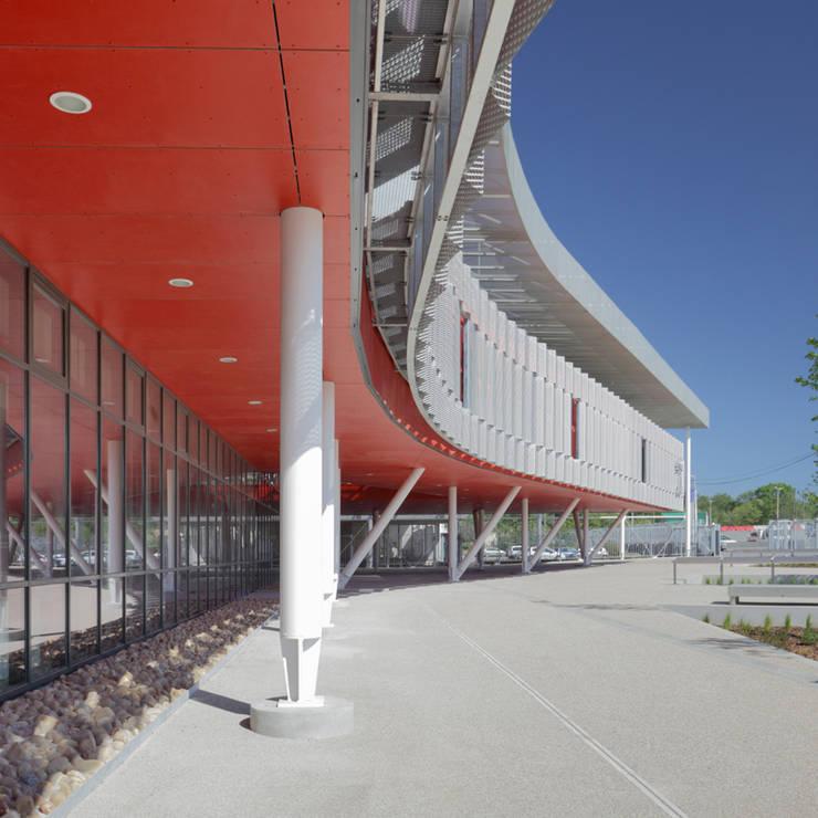 Le bâtiment d'accueil du Lycée Léonard de Vinci à Montpellier vu de côté: Ecoles de style  par  Hellin Sebbag architectes associés