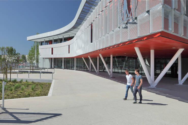 Au Sud: Palais des congrès de style  par  Hellin Sebbag architectes associés