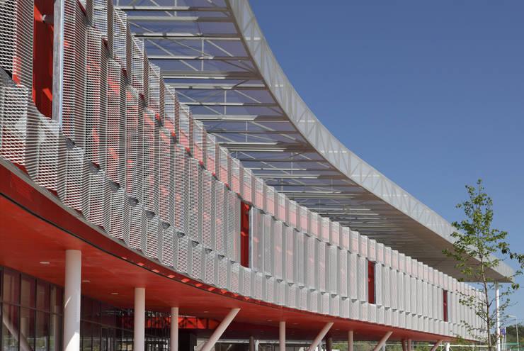 Le filtre protecteur de la façade sur pilotis.: Ecoles de style  par  Hellin Sebbag architectes associés