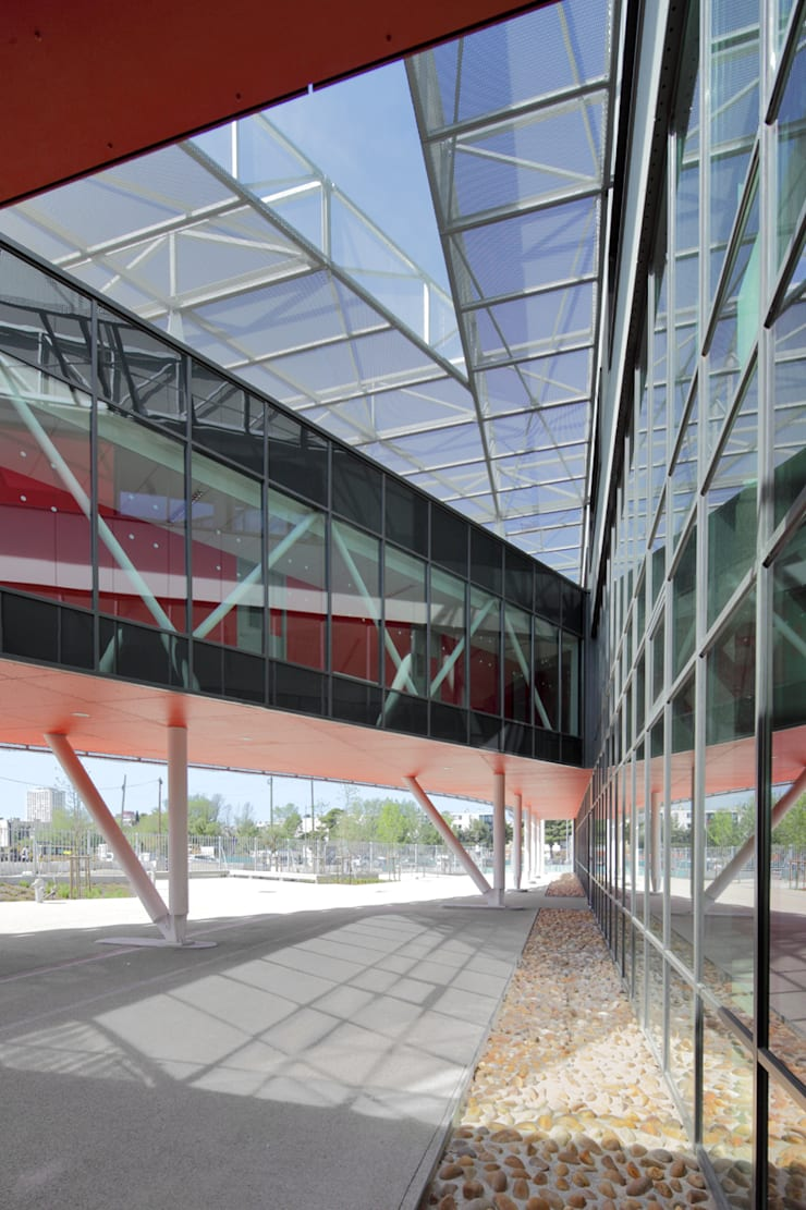 Le patio triangulaire vu depuis le parvis: Ecoles de style  par  Hellin Sebbag architectes associés